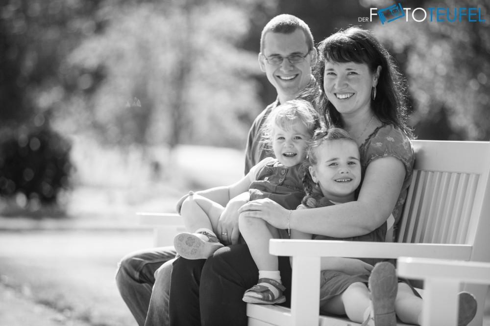 Familien-Fotoshooting-Cathl-und-Jan-Dresden-Großer-Garten-Parkbank